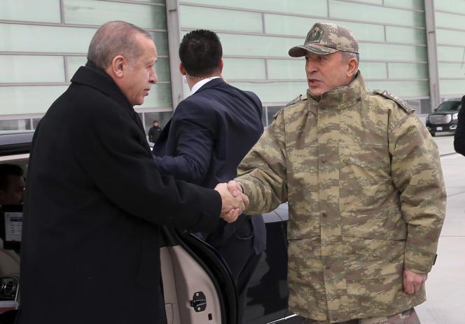 Le président turc, Recep Tayyip Erdogan, au centre de commandement de la province d'Hatay, près de la frontière avec la Syrie, le 25 janvier.