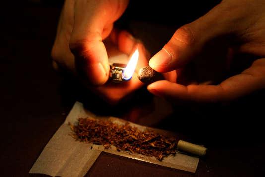 Préparation d'un joint de cannabis.