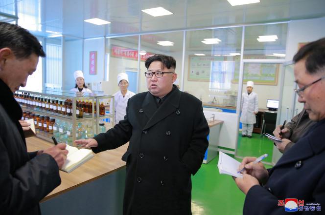 Le président nord-coréen Kim Jong-un lors d'une visite officielle de l'usine pharmaceutique de Pyongyang (photo non datée).