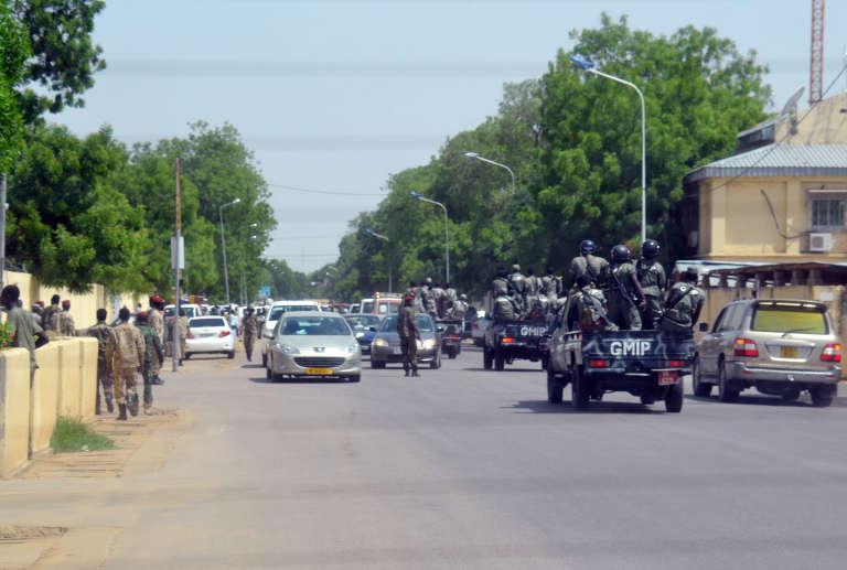 Des policiers tchadiens patrouillent dans les rues de N'Djamena, en juin 2015.