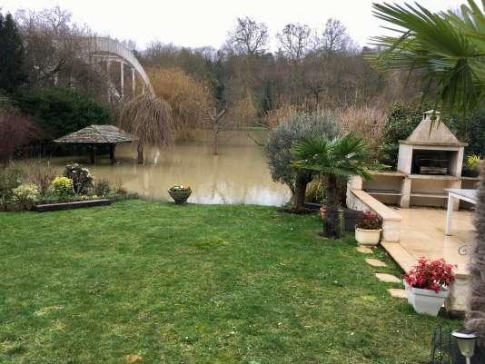 L'eau de la Seine est montée dans les jardins des habitants de l'île de Migneaux, à quelques mètres des maisons.