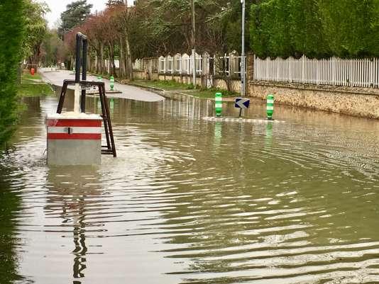 Dans la rue principale de l'île de Migneaux, la pompe à eau ne parvenait plus à endiguer l'inondation jeudi 25 janvier.