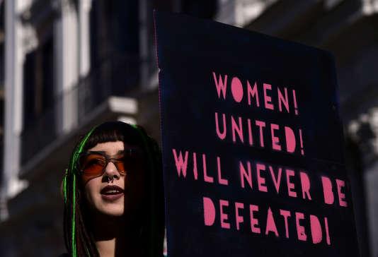 Une banderole sur laquelle on peut lire « Les femmes, unies, jamais ne seront vaincues!», le 20janvier.