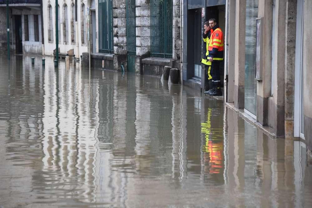 Des pompiers dans une rue inondée d'Ornans, le 23 janvier.