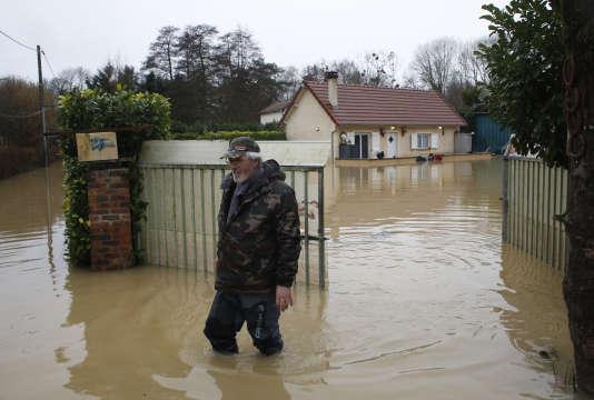 Un habitant d'Esbly (Seine-et-Marne), où le Grand Morin est en crue, le jeudi 25 janvier.
