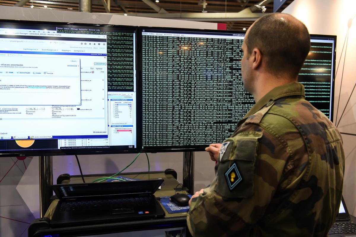 Avec le numérique, « nos vies changent, nos modes de vie s'adaptent et avec, nos modes de combat », selon Florence Parly, ministre des armées.