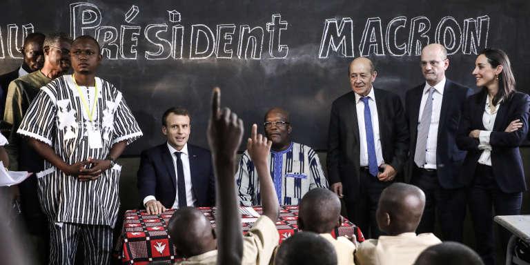 Emmanuel Macron (g) et le président du Burkina Faso Roch Marc Christian Kaboré (d) à l'école Lagm Taaba de Ouagadougou, le 28 novembre 2017.