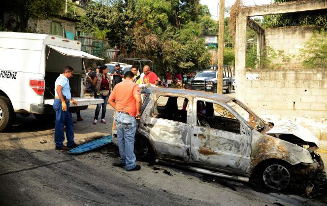 Une voiture où ont été trouvés trois corps calcinés, à Acapulco, le 25 janvier.