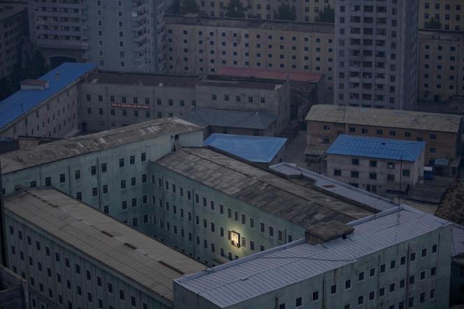 Pyongyang, octobre 2011. Sur la façade d'un immeuble, unportrait de Kim Il-sung, premier dirigeant de la Corée du Nord(1948) et grand-père de Kim Jong-un. Il fut surnommé le« président éternel».