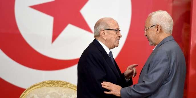 Le président tunisien Beji Caïd Essebsi (g) saluantRached Ghannouchi (d), le chef du parti islamiste Ennahda, à Carthage le 13 juillet 2016.