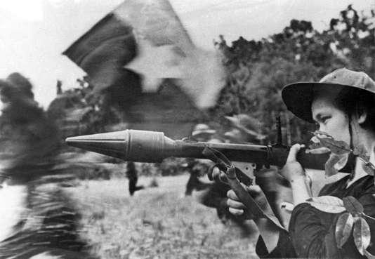 Femme appartenant au Vietcong portant une arme antichar dans le delta de Cuu Long pendant l'offensive du Têt en 1968.