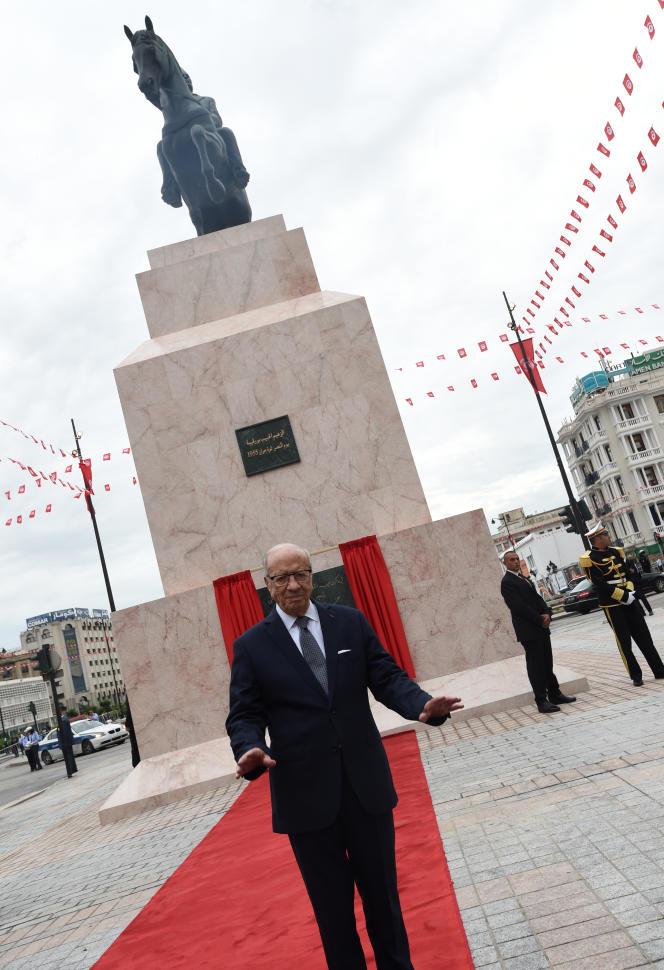 A Tunis, le 1er juin 2016, le président tunisien Béji Caïd Essebsi devant la statue réinstallée du« père de la nation», Habib Bourguiba, que Ben Ali avait fait déboulonner en 1988 après sa prise de pouvoir par coup d'Etat.