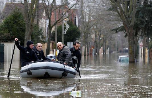 Evacuation d'habitants à Villeneuve-Saint-Georges,le 26 janvier.