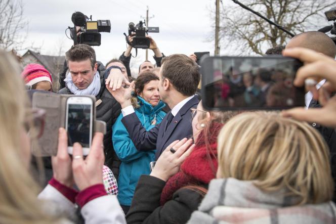 Emmanuel Macron en visite à la ferme des Violettes, à Aurières (Puy-de-Dôme), jeudi 25 janvier.