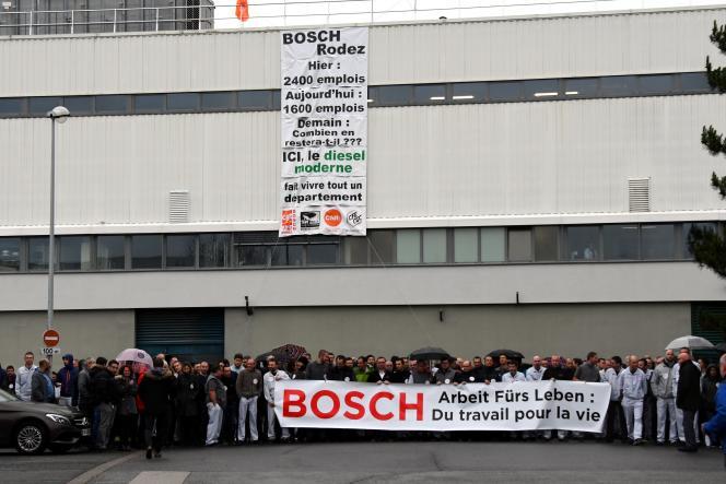 Des employés de l'usine Bosch de Onet-le-Château se mobilisent devant leur site, le 26 janvier.