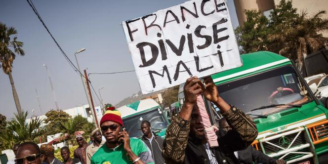 Manifestants devant l'ambassade de France à Bamako contre la présence militaire française au Mali, le 10 janvier 2018.