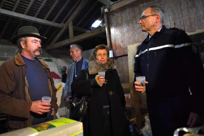 Sylvain Fresneau, opposant historique, Nicole Klein, préfète de Loire-Atlantique et Richard Lizurey, général de gendarmerie, à Notre-Dame-des-Landes, le 26 janvier.