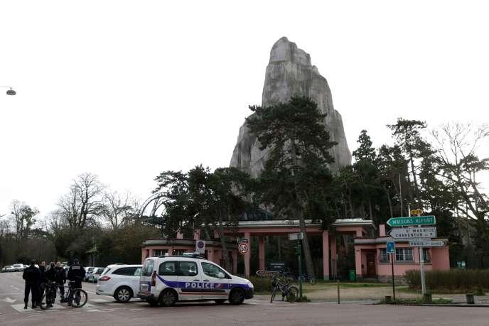 Les forces de police déployées devant le zoo.