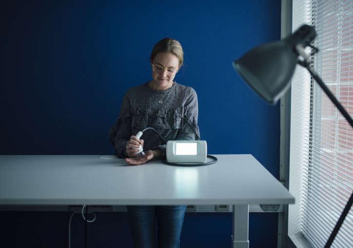 Tiina Smeds, créatrice de Lympatouch, un appareil de drainage lymphatique, au Health Innovation Village d'Helsinki, le 14 janvier.