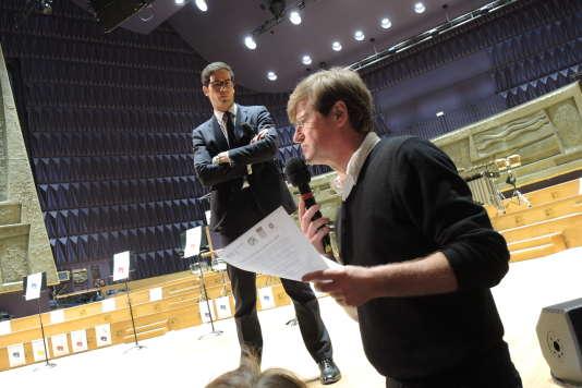 Mathieu Gallet écoute Jean-Paul Quennesson, du syndicat SUD Radio France, le 20 mars 2015.