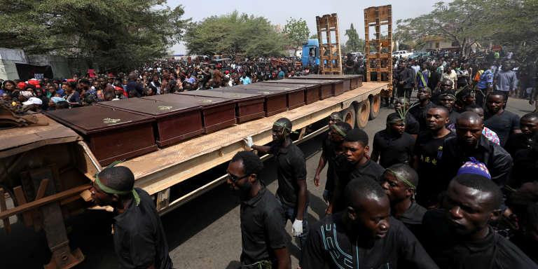 Cortège transportant les cercueils des personnes tuées, lors de précédents affrontements, par des bergers peuls, à Makurdi, capitale de l'Etat de Benue, au Nigeria, le 11 janvier 2018.