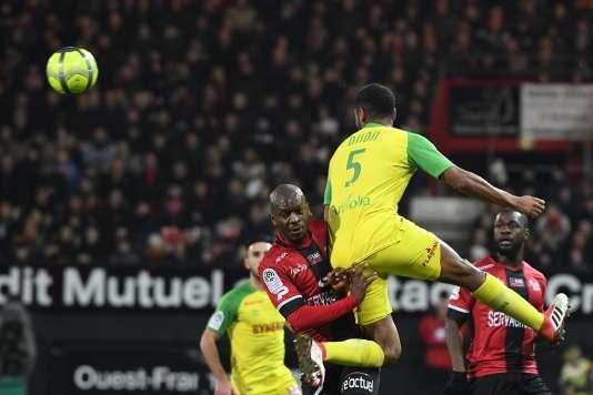 Duel aérien entre le défenseur guingampais Jordan Ikoko (à gauche) et le Nantais Levy Koffi Djidji, le 27janvier au stade Roudourou de Guingamp.