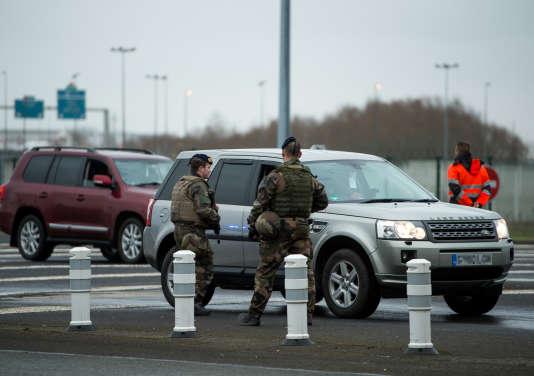 Des militaires contrôlent un automobiliste à Coquelles, à l'entrée du tunnel sous la Manche, le 1er mars 2017.