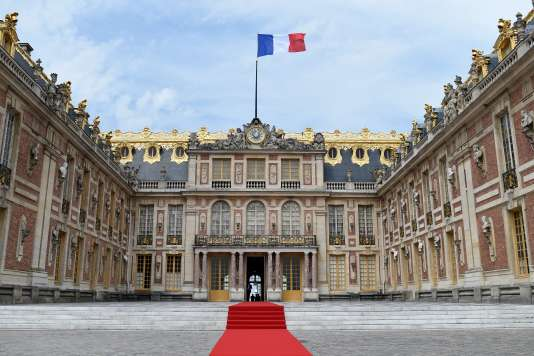 Tapis rouge à l'entrée du palais de Versailles (Yvelines) pour la visite d'Etat du président russe Vladimir Poutine, le 29 mai 2017.