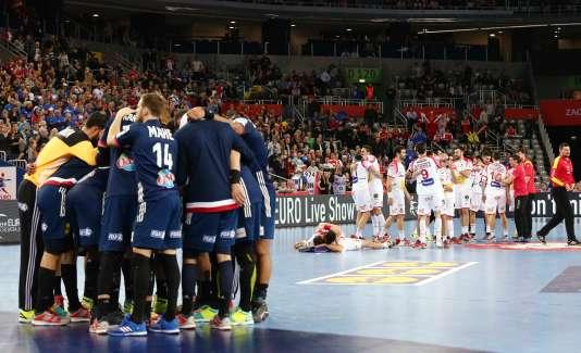 L'équipe de France de handball après sa défaite contre l'Espagne.