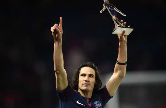 A l'issue du match PSG-Montpelier (4-0), l'Uruguayen Edinson Cavani soulève son trophée de meilleur buteur du club parisien.