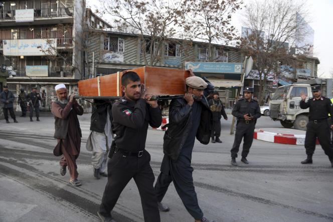 Quatre hommes portent le cercueil d'une des victimes de l'attaque à Kaboul.