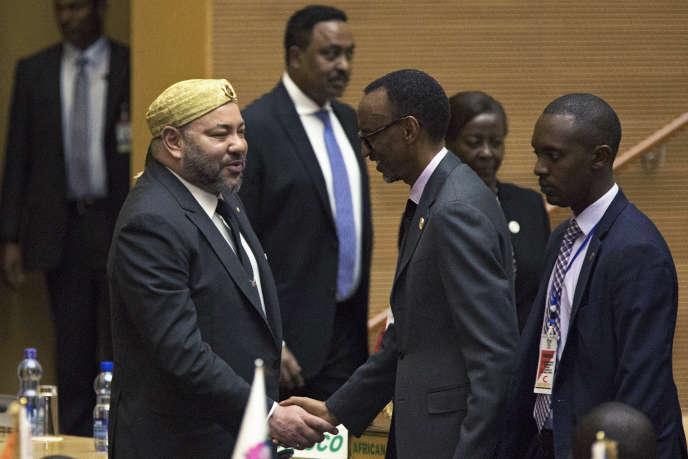 Le roi du Maroc, Mohammed VI, et le président du Rwanda, Paul Kagamé, au siège de l'Union africaine, à Addis-Abeba, en janvier 2017.