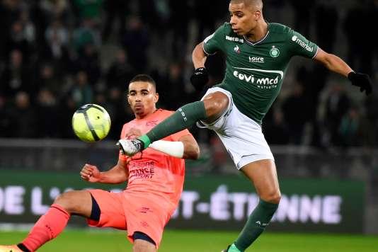 Attaque haute du Stéphanois Kevin Monnet-Paquet face au défenseur de Caen Alexander Djiku, le 27 janvier au stade Geoffroy-Guichard de Saint-Etienne.