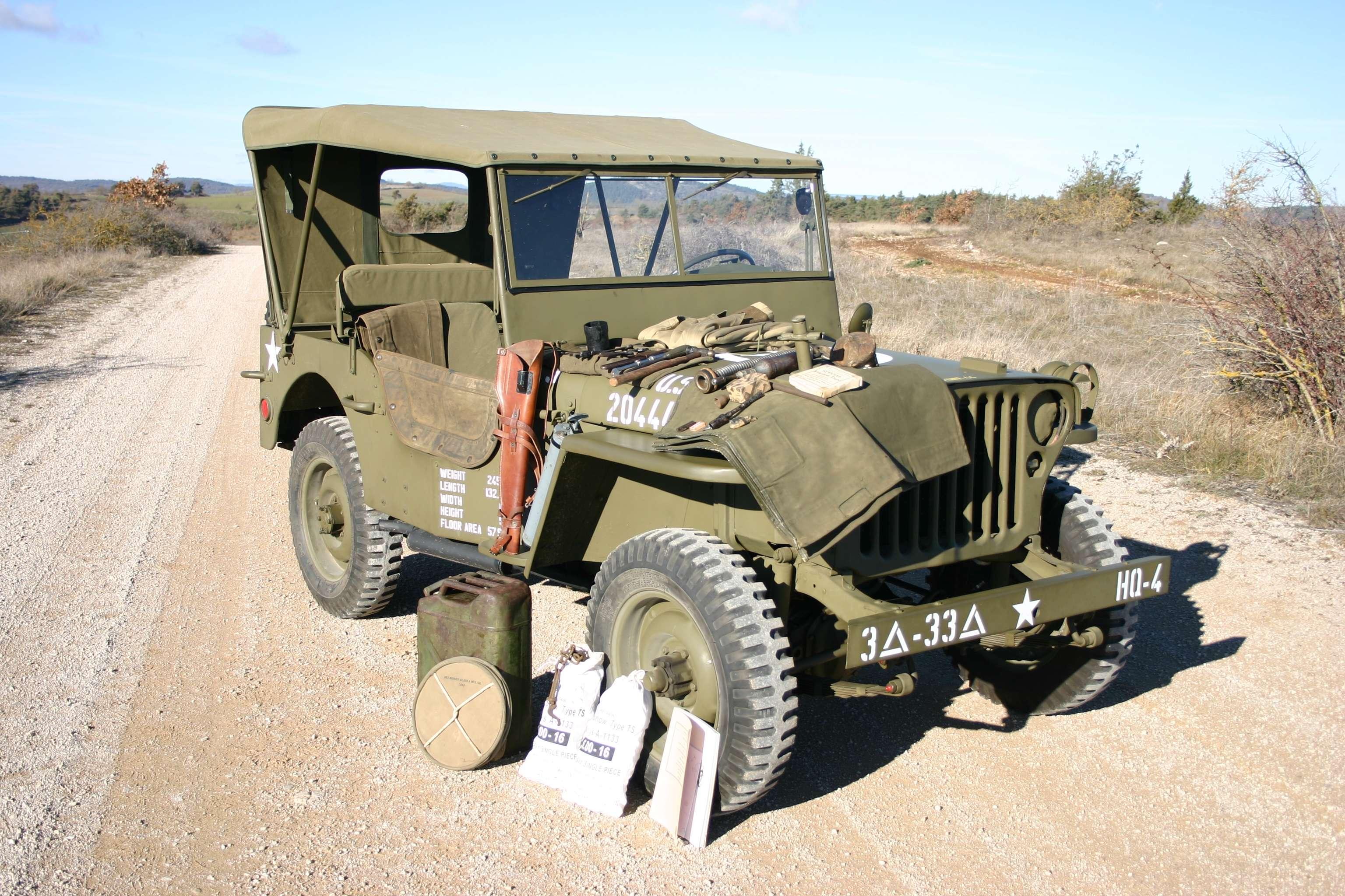 Jeep Wyllis (1943) : ce véhicule qui appartient à l'une des premières générations de la fameuse Jeep a été restauré dans les régles de l'art. Aucun accessoire ne fait défaut : la pelle Winchester, la hache Bladwin, le jerrycan, la boussole et même le décontaminateur d'eau sont à bord. Estimation: 20 000-30 000 euros.