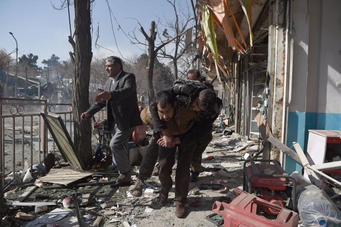 Près du site de l'explosion, dans le centre de Kaboul, le 27 janvier.