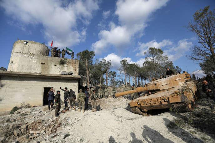 Des forces turques et des membres de l'Armée syrienne libre sur le mont Barsaya, au nord-est d'Afrin, le 28 janvier 2018.