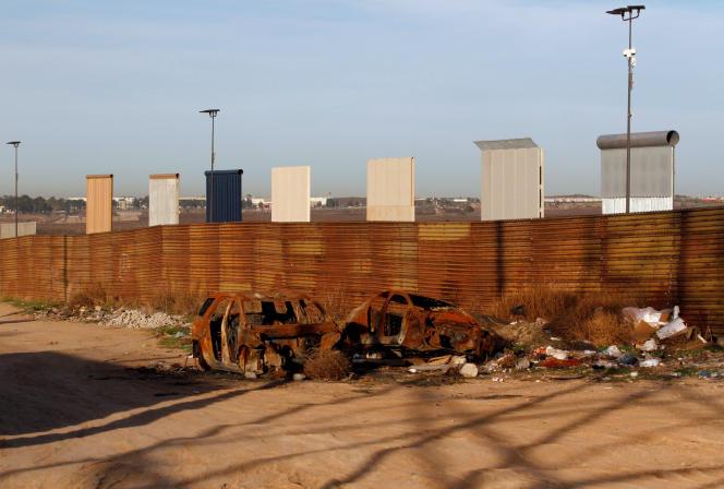 Vu du côté mexicain, le 27 janvier : prototypes de mur commandés par l'administration Trump, placés le long du mur frontalier existant entre les Etats-Unis et le Mexique.