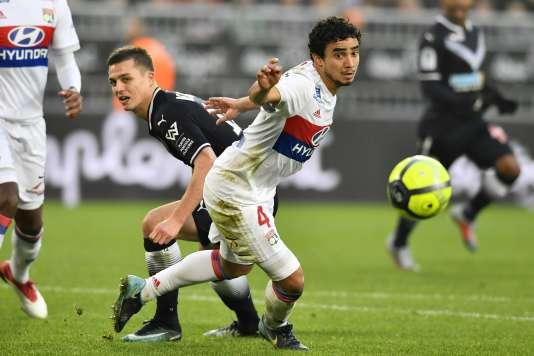 Le défenseur bordelais Nicolas De Preville (à gauche) aux prises avec son homologue lyonnais Rafael da Silva, le 28janvier au Matmut Atlantique de Bordeaux.