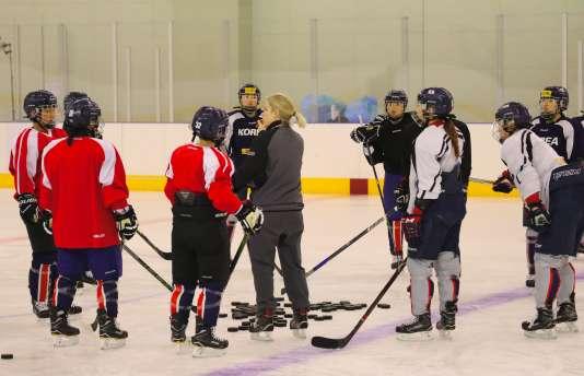 Les joueuses nord-coréennes et sud-coréennes qui composeront l'équipe de hockey sur glace.