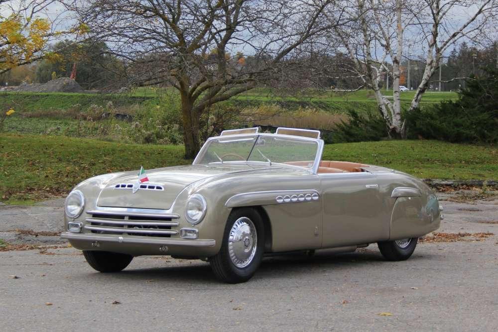 Alfa Romeo 6C Pininfarina Speziale (1942) : cette étonnante Alfa au style d'inspiration américain, re-carrossée par Pininfarina en 1946, fut garée non sans audace devant l'entrée du Grand Palais, où se tenait à l'automne 1946 le premier salon de l'automobile de l'après-guerre mais dont les constructeurs italiens étaient exclus. Ce modèle unique, importé ensuite en Amérique, a été retrouvé à l'état de quasi-épave et remis à neuf. Estimation : 1 à 1,3 million d'euros.
