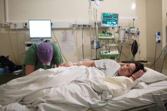 Ce sera le premier enfant de Léopoldine, 26 ans. De nombreux appareils l'entourent : monitoring, perfusion d'ocytocique pour augmenter les contractions, pousse seringue pour alimenter la péridurale...