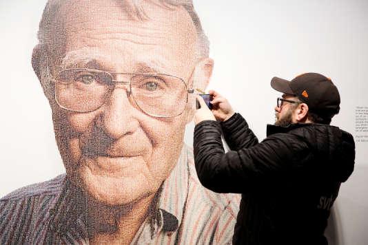 Un visiteur du Musée Ikea d'Almhult (Suède) prend une photo du portrait du fondateur de la marque, Ingvar Kamprad, le 28 janvier.