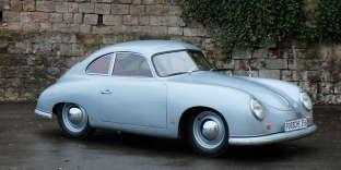 Porsche 356 PRE-A (1951) : ses pare-chocs intégrés « bodydumper », son pare-brise en deux parties, sa robe gris-métallisé et son intérieur carmin vont faire tourner la tête des amateurs de Porsche. Estimation : 440 000-520 00 euros.