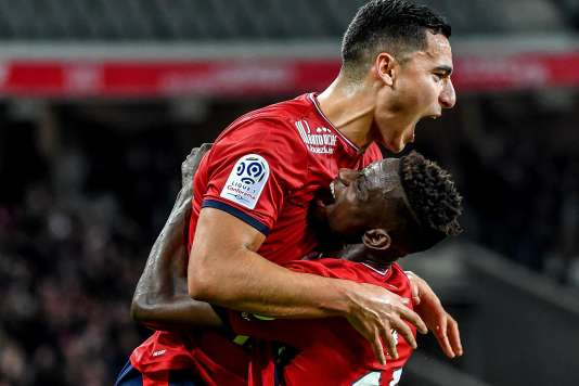 Le défenseur du Losc Edgar Ié, félicité par son coéquipier Anwar El-Ghazi, après avoir ouvert la marque, le 28 janvier, au stade Pierre-Mauroy de Villeneuve d'Ascq.