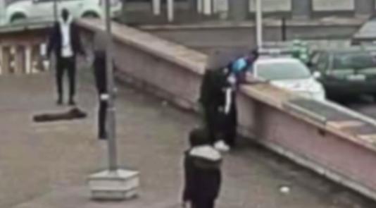 L'enregistrement vidéo de l'interpellation violence de Théo L. montre un policier (à gauche du jeune homme) lui porter un coup de matraque dans les fesses, le blessant gravement.
