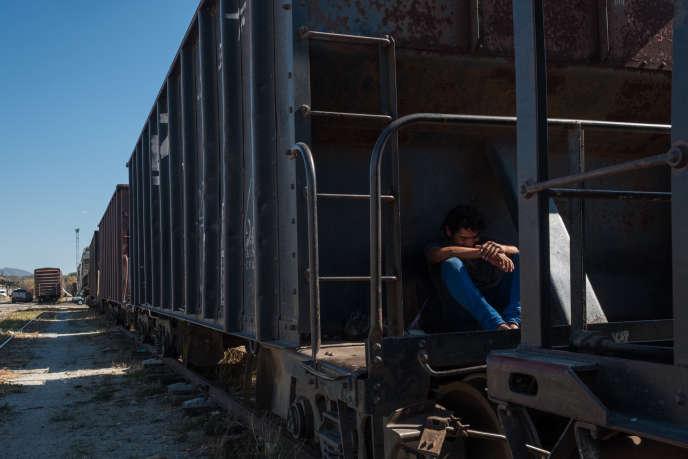 Un homme se repose à l'ombre d'un wagon dans la gare qui traverse la ville de Arriaga, le 26 janvier 2018. Le train est surnommé « La Bestia» et est utilisé par les migrants pour rejoindre les Etats Unis.