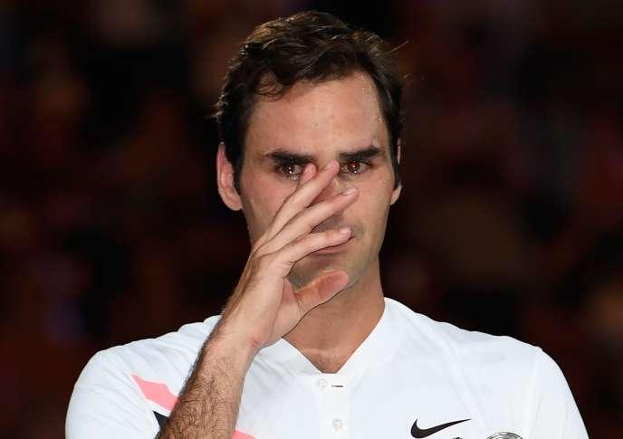 Roger Federer essuie des larmes après sa victoire face à Marin Cilic en finale de l'Open d'Australie, à Melbourne, le 28 janvier.