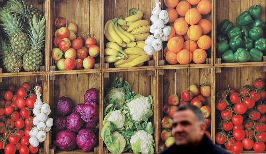 Sur un marché britannique, en janvier. Selon un rapport de l'ONG Générations futures, 73 % des échantillons de fruits et 41 % des légumes analysés pendant cinq ans présentent des résidus de produits phytosanitaires en France.