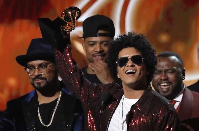 Bruno Mars reçoit le Grammy du meilleur album de l'année, à New York, le 28 janvier.