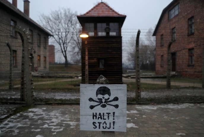 Un panneau sur lequel est écrit« Stop !» en allemand et en polonais dans le camp d'Auschwitz-Birkenau, en Pologne.